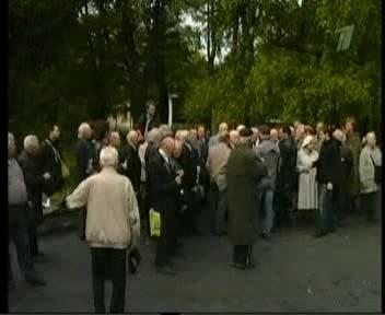 Pronkssõduri juurde kogunenud veteranid ja noored venelased. Kaader PBK