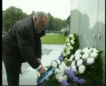 22. september 2011 pärja asetamine Vabadussõja võidusamba jalamile (Enn Tarto). Kaader PBK
